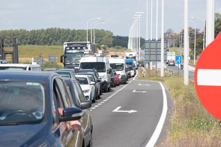 Als gevolg van het ongeval moet het verkeer uit alle richtingen naar de kruispunt aanschuiven.