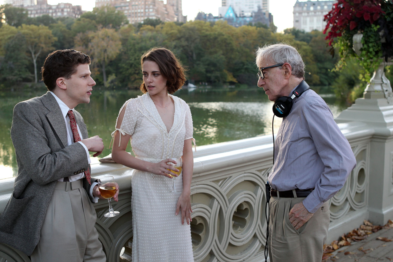 Jesse Eisenberg en Kristen Stewart met Woody Allen in Central Park op de set van Café Society, 2016. Beeld Hollandse Hoogte / Allpix Press SARL
