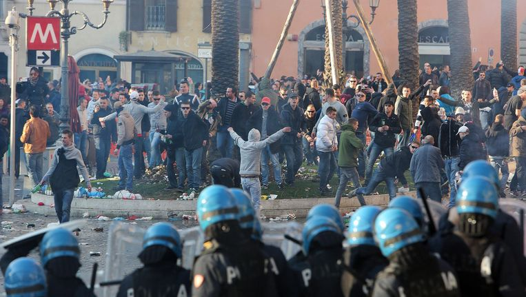 Rellende Feyenoord-supporters. De Rotterdamse politie begint een groot onderzoek naar de identiteit van de Nederlandse relschoppers die in Rome voor ongeregeldheden hebben gezorgd. Beeld epa