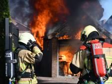 Uitslaande schuurbrand achter bakkerij Slomp in Westerhaar-Vriezenveensewijk