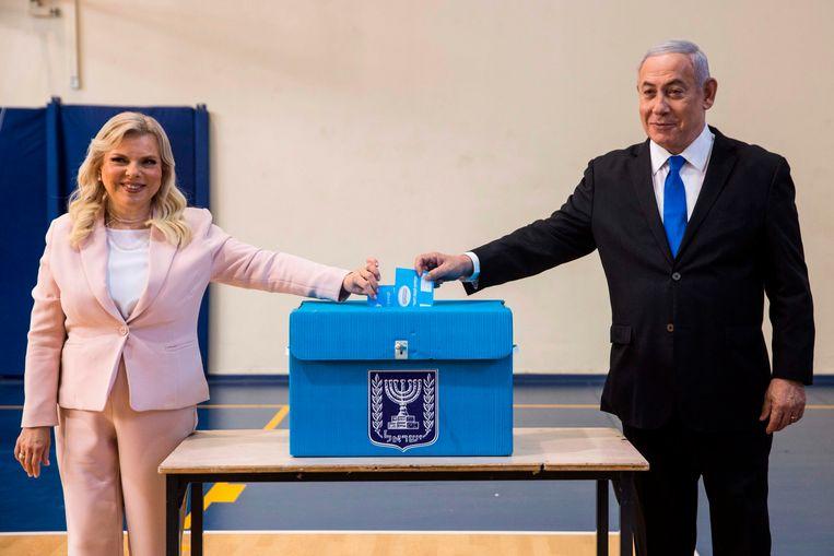 De israelische premier Netanyahu en zijn vrouw Sara brengen hun stem uit.  Beeld AFP