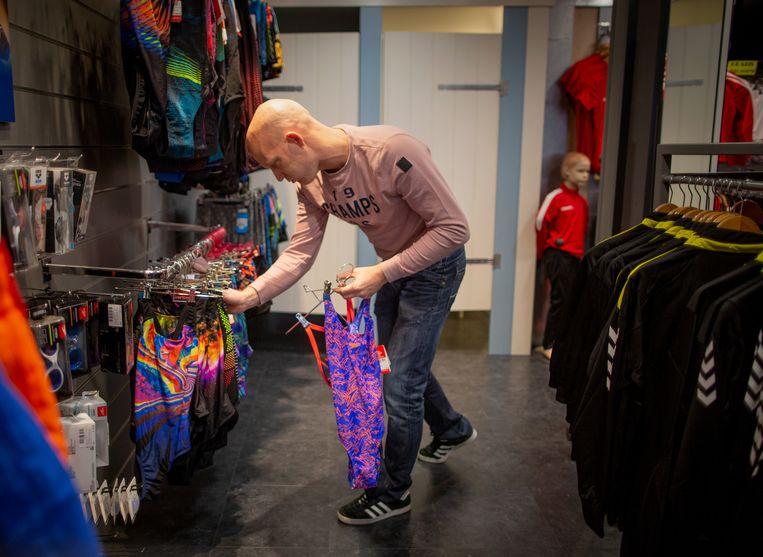 Jos van der Kamp runt een sportzaak in Kampen en is betrokken bij een database voor winkeldieven: 'Alleen al het idee dat je in dit systeem kan komen, is niet fijn'. Beeld Herman Engbers