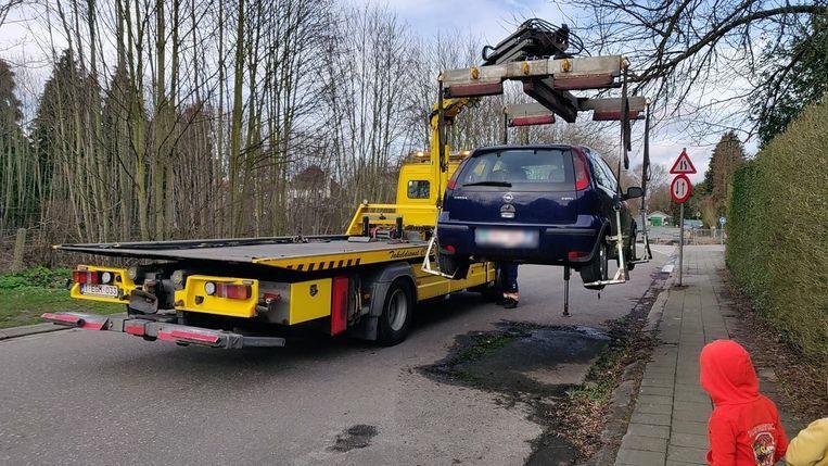 De Opel Corsa werd getakeld op politiebevel.