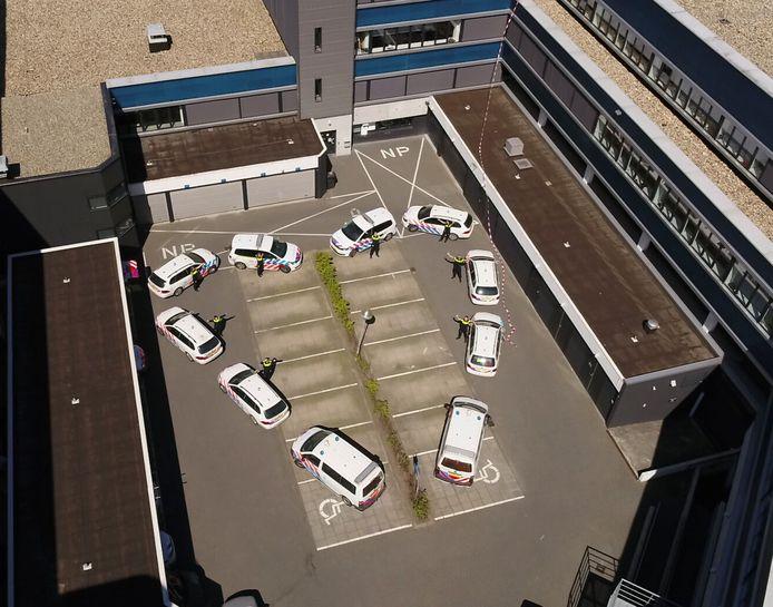 De politiewagens in Enschede vormden samen een hart.