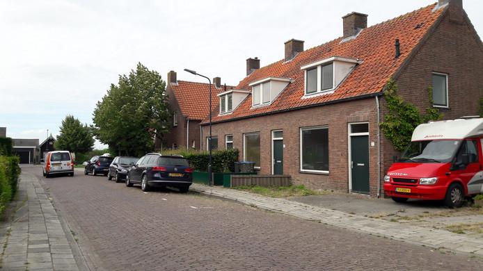 Drie van de zes huizen die gesloopt worden in de Koningin Julianastraat in Hoedekenskerke.