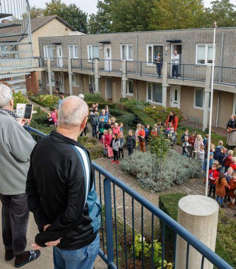 Leerlingen zingen ouderen in Etten-Leur toe: ' We keken er echt naar uit'