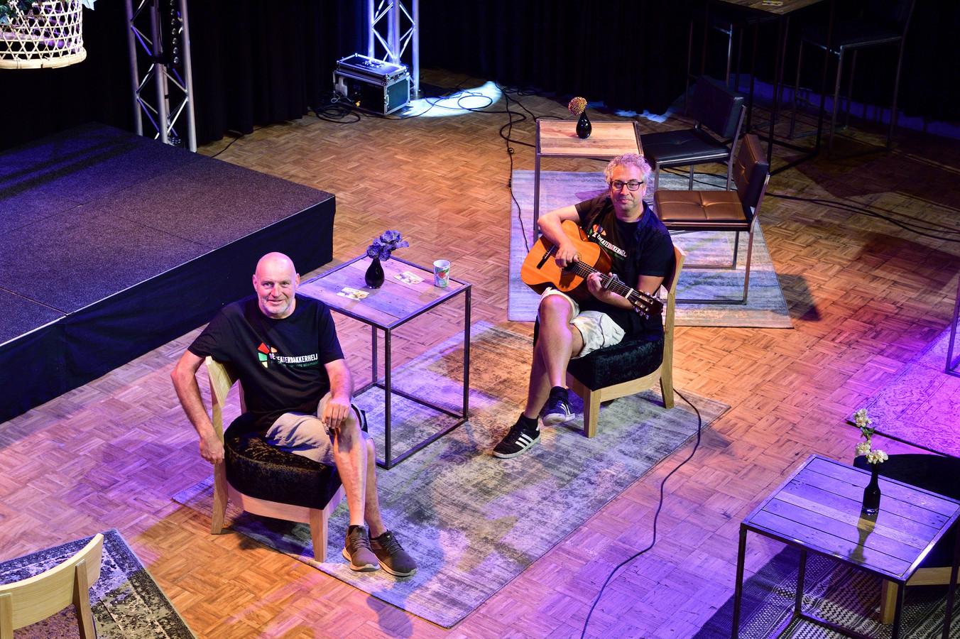 Ruud Bakker ( links ) en John de Heij zijn blij dat de Theaterbakkerheij 'eindelijk' weer open mag voor publiek, al gaat het voorlopig nog maar om maximaal dertig bezoekers per voorstelling.
