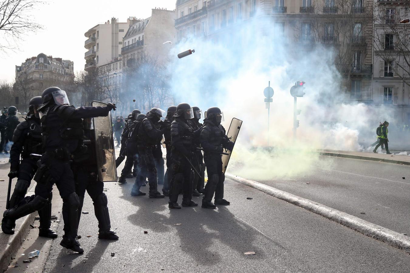 De politie zette ook opnieuw traangas in tegen de betogers.