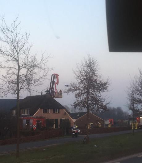 Brandje Klarenbeekse woning met rietgedekt dak, schade valt mee