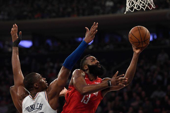 James Harden (r) in actie tegen de Knicks.