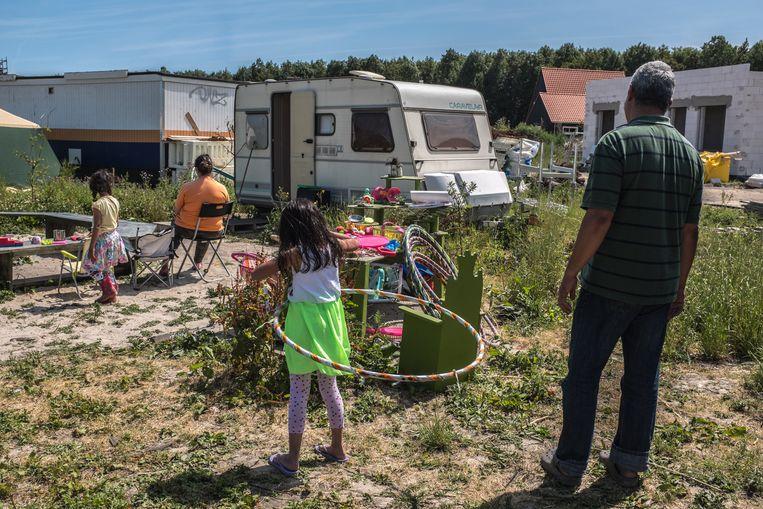 Een vluchtelingengezin dat uit Venezuela is gevlucht naar Nederland en vooralsnog in een trailer moeten leven. Vanwege veiligheid en procedures willen ze anoniem blijven.          Beeld Joris van Gennip
