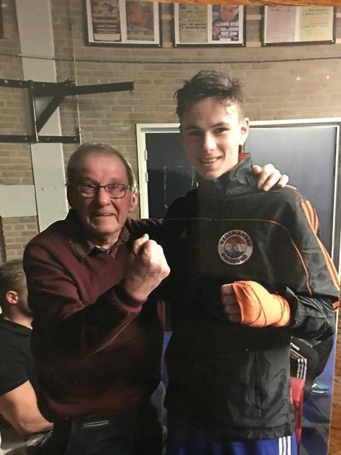 Jan Swinkels en zijn kleinzoon Cas, topbokser van Highschool of Boxing.