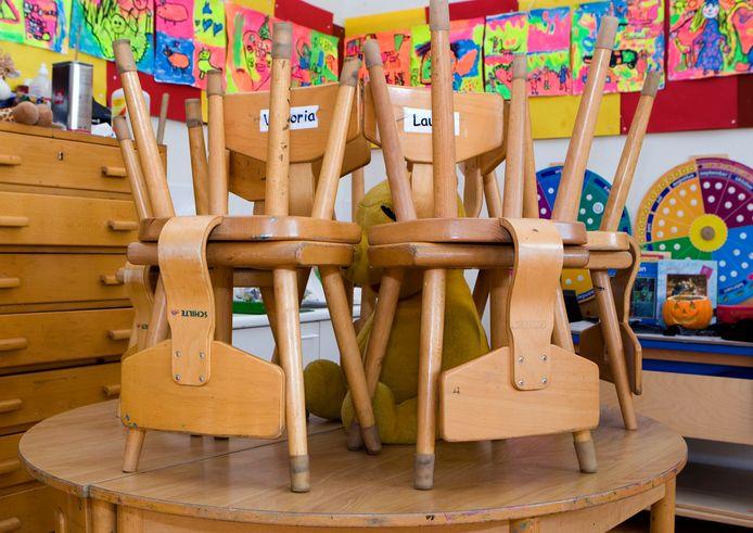 Stoelen op de tafels in de klas