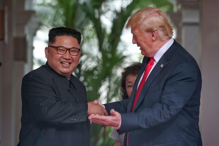 Kim en Trump doen hun best om een positieve indruk achter te laten op het publiek. Maar wat wordt daarbinnen gezegd? Daar is het voorlopig nog naar gissen...