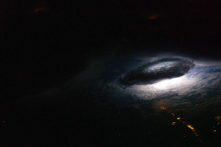 Ook vanuit het ISS: een blikmseminslag onder een donderwolk boven Bolivia. (Archieffoto 2011) Beeld NASA