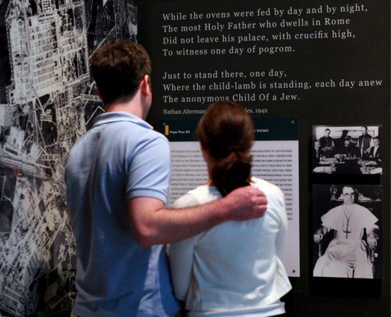 In het Yad Vashem Holocaust Memorial in Jeruzalem bekijken bezoekers de expositie over paus Pius XII, die volgens het museum in de Tweede Oorlog te passief stond tegenover de jodenvervolging. Foto EPA/Jim Hollander Beeld