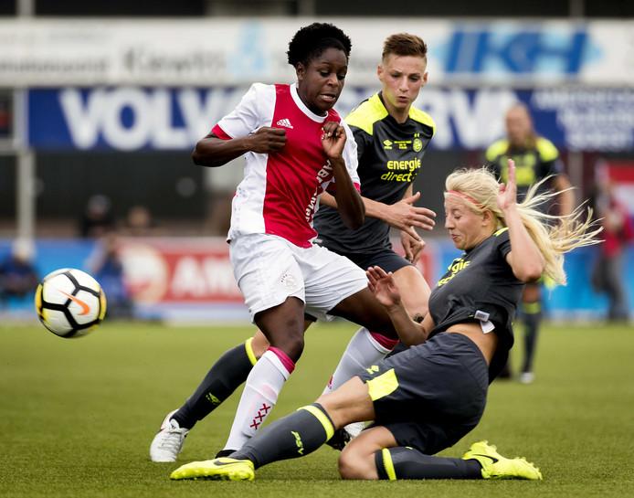 Liza van der Most van Ajax in duel met Maureen Sanders (R) van PSV tijdens de KNVB Bekerfinale Vrouwen.