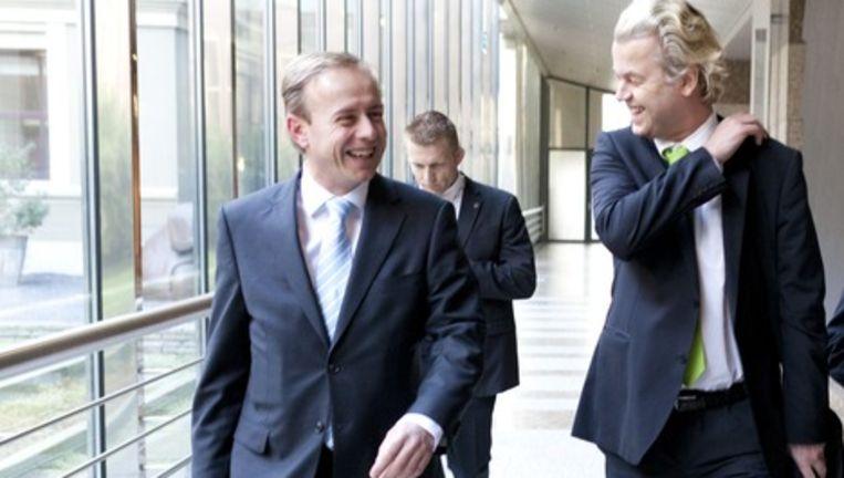SGP-fractievoorzitter Kees van der Staaij (L) en PVV-leider Geert Wilders in de wandelgangen van de Tweede Kamer. Foto: anp Beeld anp