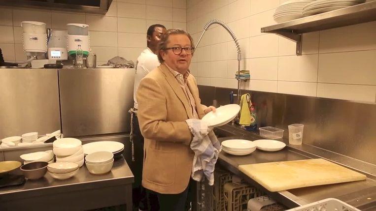 Achter de schermen: Marc Coucke doet de afwas in het restaurant van goede vriend Wout Bru.