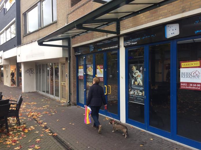 De voormalige Free Record Shop aan de Galerij Uden (voorgrond) wordt opgeknapt, het pand erachter gaat plat en wordt opnieuw opgetrokken.