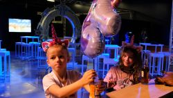 Make-A-Wish en Mechels bedrijf laten droom van leukemiepatiëntje in vervulling gaan: Helena (4) vliegt op een eenhoorn