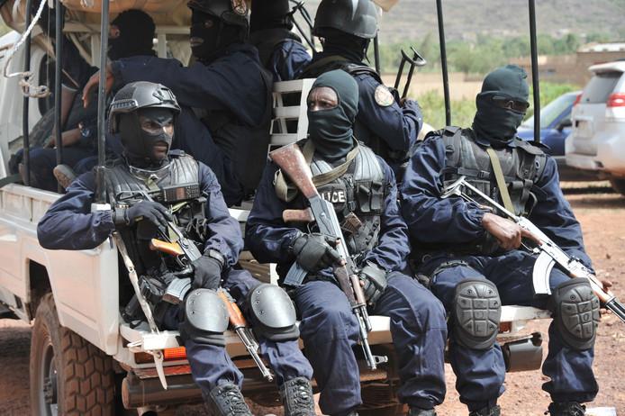 De antiterreureenheid 'Forsat' komt aan bij het vakantieoord aan de rand van Bamako.