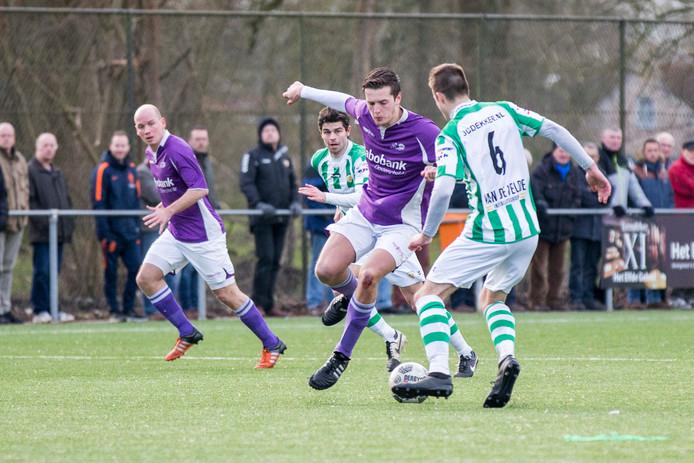 Sander van 't Hof, hier in actie tegen Kloetinge, had het zaterdag op zijn heupen bij Bruse Boys.