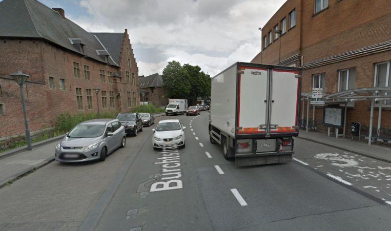 De Burchtstraat, een straat met scholen en een fabriek in de buurt.
