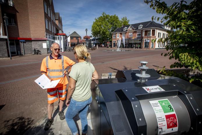 Afvalcoach Richard Pieterson geeft op het Dorsetplein uitleg over ondergrondse containers en afval scheiden.