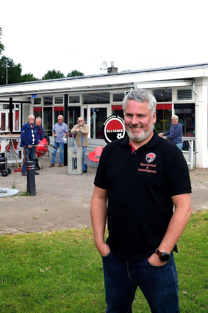 Mark Braat is met vrijwilligers de kantine van voetbalvereniging Alliance aan het opknappen.