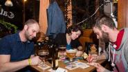 Babbelen en krabbelen op café brengt mensen bij elkaar