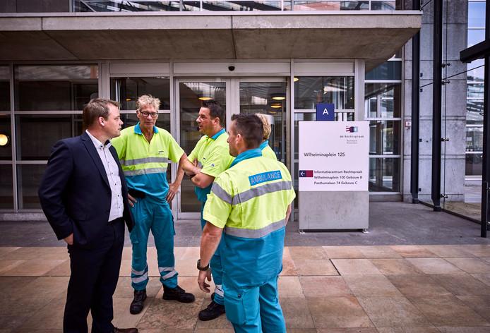 Uit solidariteit met hun gemolesteerde collega kwamen medewerkers van de ambulancedienst Zuid-Holland zuid gisteren in uniform naar de rechtbank in Rotterdam.