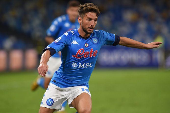 Dries Mertens in actie tegen Genoa, dat inmiddels ruim 20 besmettingen binnen de club kent.