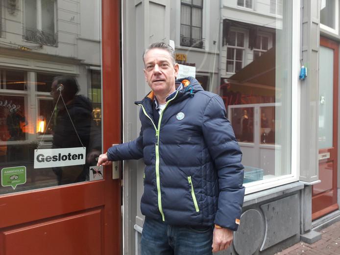 Albert van den Dungen bij lunchroom Gusto in de Bossche Kolperstraat.  Na een ingrijpende verbouwing is in februari de heropening.