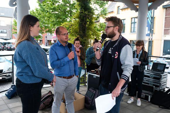 Jongeren nemen in de kiosk op het marktplein 2,5u lang radiozender FM Goud over.