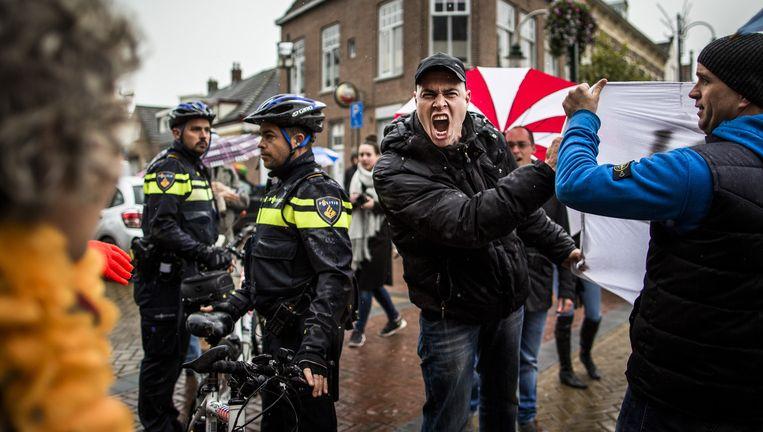 Confrontatie tussen voor- en tegenstanders van een azc in Steenbergen, 15 oktober 2015. Beeld Freek van den Bergh