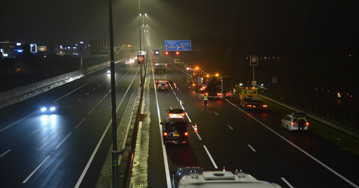 Veel schade, lange file, maar geen gewonden bij ongeluk op A12 bij Ede.
