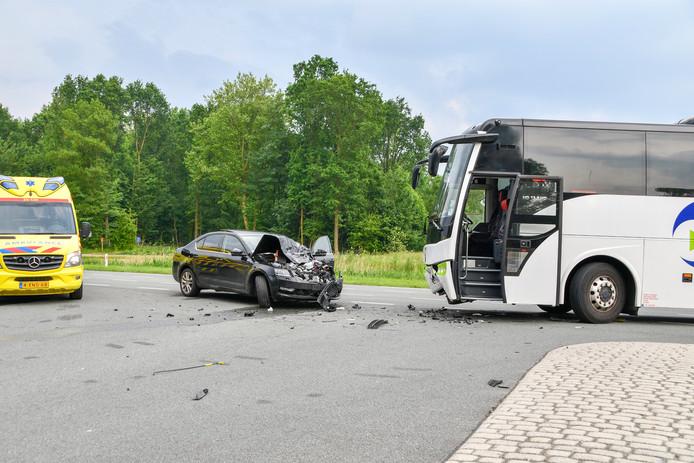 Een automobilist raakte gewond door een botsing met een bus bij Walibi in Biddinghuizen.