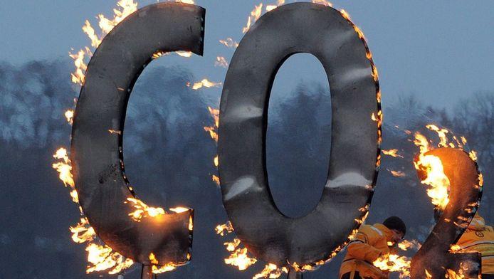 Activisten van Greenpeace bij een brandend CO2-bord in Duitsland