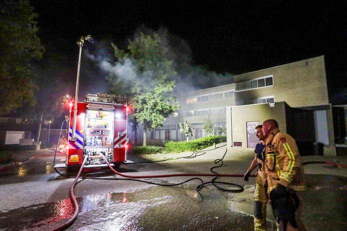 De brandweer is uitgerukt voor de brand in de winkel onder het appartementencomplex in Bladel.