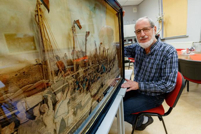 Op de zolder van het natuurhistorisch museum is een oud schilderij met daarop de landing van Willem I uit 1813 ontdekt. Ontdekker Bert Wijkhuizen poseert met het driedimensionale schilderij.