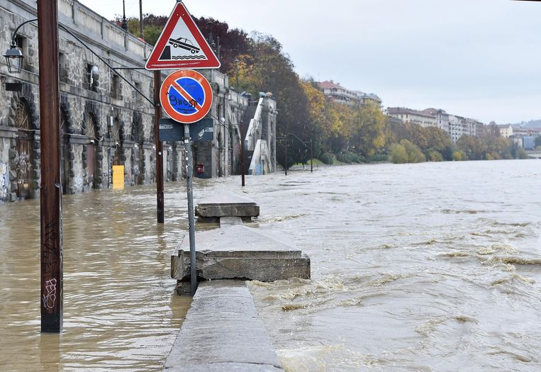 De rivier Po treedt uit haar oevers in Turijn.