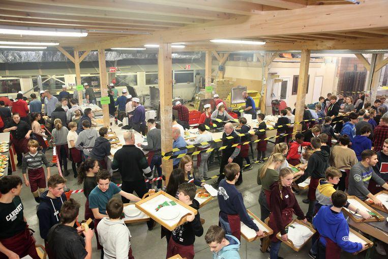 De afdeling houtbewerking wordt drie dagen lang omgetoverd tot een grote keuken tijdens de Pensenkermis.