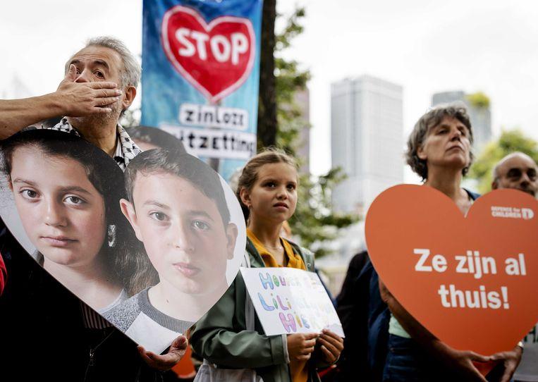 Leden van kinderrechtenorganisatie Defence for Children voeren actie tegen de uitzetting van Howick en Lili. Beeld ANP