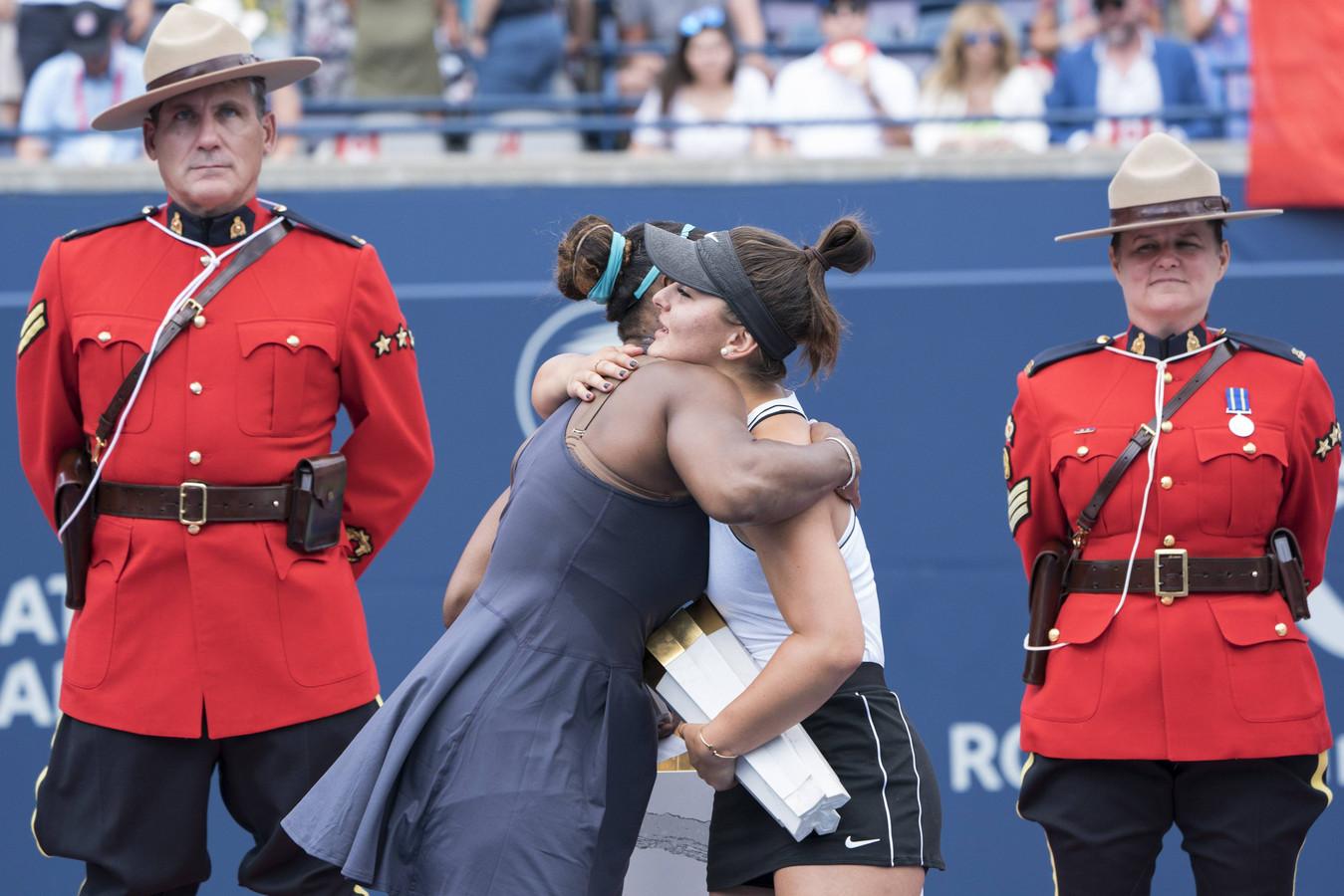 Bianca Andreescu geeft Serena Williams een knuffel na opgave van de Amerikaanse.