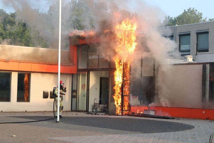 De entree van de bibliotheek in Emmeloord stond 25 juli in brand.