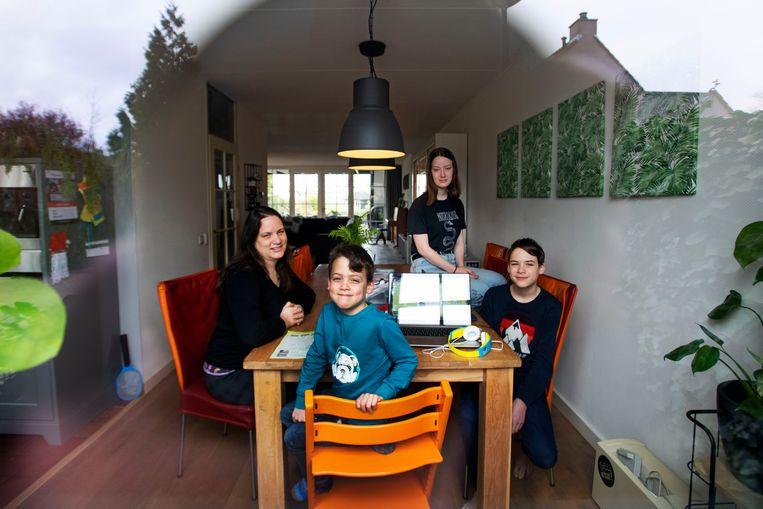 De familie Van der Steen zit thuis in De Kwakel in quarantaine. Van links naar rechts: Denise, Abel, Yanoah en Boaz. Beeld Olaf Kraak