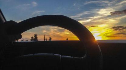 Last van laaghangende zon tijdens rijden? Leg zonnebril in auto en zorg voor propere ruiten