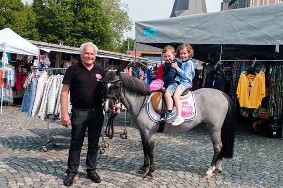 Gilbert Jonkers, lijsttrekker van Pro Limburg met Jacques en Claire.