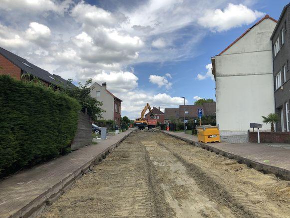 In de Schetsstraat is een aannemer gestart met de metamorfose van de wijk Schetsveld.